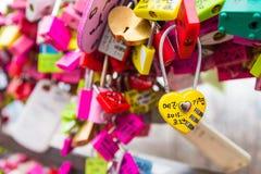 SEOUL - 28. MÄRZ: Liebesvorhängeschlösser an Turm N Seoul Stockbild