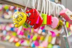 SEOUL - 28. MÄRZ: Liebesvorhängeschlösser an Turm N Seoul Stockfoto