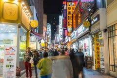 SEOUL - Mars 7: Mars 7, 2016 för Myeong-Dong neonljus i Seoul, Fotografering för Bildbyråer