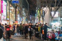 SEOUL - Mars 7: Mars 7, 2016 för Myeong-Dong neonljus i Seoul, Royaltyfria Bilder