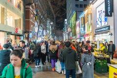 SEOUL - Mars 7: Mars 7, 2016 för Myeong-Dong neonljus i Seoul, Royaltyfri Fotografi