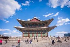 SEOUL - NOVEMBER 1, 2014: Gyeongbokgung slott i dag för blå himmel, Arkivfoton