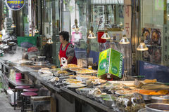 SEOUL - OCTOBER 21, 2016: Traditional food market in Seoul, Kore Royalty Free Stock Photos