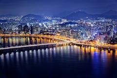 Seoul på natten, Sydkorea Royaltyfri Bild