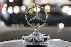 Seoul - 04 27 19: Primo piano di logo del segno di Mercedes su un fondo del bokeh immagini stock