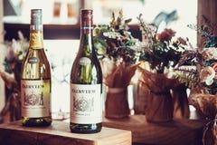 SEOUL, SÜDKOREA - 10. AUGUST 2015: Zwei Flaschen Fairview-wite von Jahr 2011 und 2012 mit vielen Blumen um sie - Seoul, Lizenzfreie Stockfotos