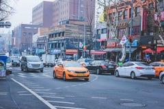 SEOUL, SÜDKOREA - 29. Dezember 2014: Verkehrsreiche Straße mit Autos und verschiedenen Shops in Ittaewon Lizenzfreies Stockbild
