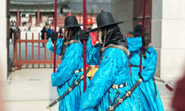 Seoul, Südkorea kleidete am 13. Januar 2016 in den traditionellen Kostümen von Gwanghwamun-Tor von Gyeongbokgungs-Schlosswachen a Stockfotografie