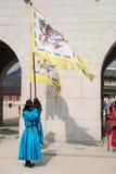 Seoul, Südkorea kleidete am 13. Januar 2016 in den traditionellen Kostümen von Gwanghwamun-Tor von Gyeongbokgungs-Schlosswachen a Stockfotos