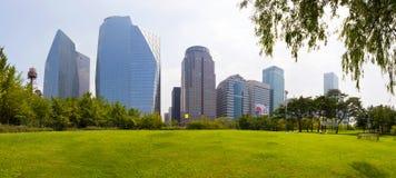 SEOUL, SÜDKOREA - 27. MÄRZ 2017: Central Park an Yeoui-tun Insel ` s Finanz- Bereich mit Ansicht über Wolkenkratzer - Seoul, Süd- Stockbilder