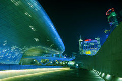 SEOUL, SÜDKOREA - 15. MÄRZ: Dongdaemun-Design-Piazza Lizenzfreie Stockfotos