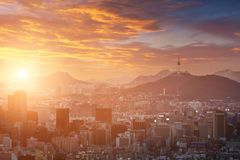 Seoul stad i härlig solnedgång med det Seoul tornet, Sydkorea Royaltyfri Fotografi