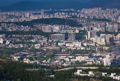 Seoul stad med den Gyeongbokgung slotten Royaltyfri Foto
