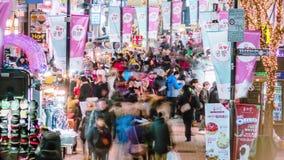 Seoul stad Myeong-dong som shoppar områdesnatten Timelpase stock video