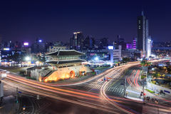 Seoul stad och Dongdaemun port (Heunginjimun) Royaltyfria Bilder