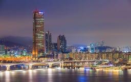 Seoul stad och Han River på Yeouido Arkivfoton