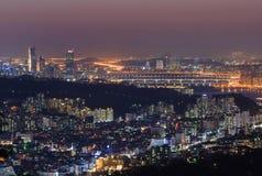 Seoul stad och Hanriver på natten Arkivfoto