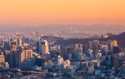 Seoul stad och i stadens centrum horisont i Korea Fotografering för Bildbyråer
