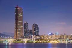 Seoul stad på natten och Han River, Yeouido Arkivfoto
