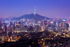 Seoul stadshorisont och N Seoul står högt i Seoul i dimmig dag Royaltyfria Bilder