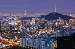 Seoul stadshorisont och torn för N Seoul Royaltyfria Bilder