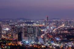 Seoul-Stadt nachts, Südkorea lizenzfreies stockbild