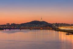 Seoul-Stadt nachts und der Fluss Han in Seoul, Südkorea stockfotos