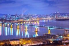 Seoul-Stadt und -autos, die auf die Br?cke und den Verkehr, Han River nachts in im Stadtzentrum gelegenem Seoul, S?dkorea ?bersch stockfotos