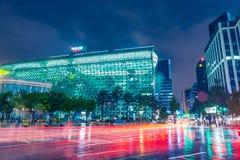 SEOUL SYDKOREA - AUGUSTI 16, 2015: Byggnad av det nya stadshuset av Seoul den storstads- regeringen sköt på natten av Augusti 16, Royaltyfria Foton