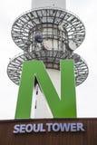 SEOUL SYDKOREA - AUGUSTI 09, 2016: Skott för Namsan torntecken som göras i mitt av Seoul, Sydkorea på Augusti 09, 2016 Fotografering för Bildbyråer