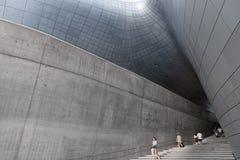SEOUL SYDKOREA - AUGUSTI 14, 2016: Trappan på Dongdaemun planlägger plazaen som lokaliseras i Seoul som planläggs av Zaha Hadid F Royaltyfria Foton