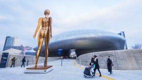 SEOUL SYDKOREA - December 2017: Dongdaemun designPlaza i Seoul, Sydkorea arkivfilmer