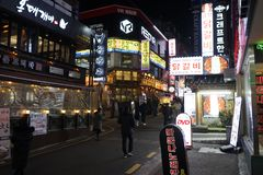 Seoul Sydkorea - 9 Januari 2019: gatan av Gangnam stationsområde på natten royaltyfri foto
