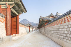 SEOUL SYDKOREA - 17 Januari 2017: Gyeongbokgung slott som är berömd Fotografering för Bildbyråer