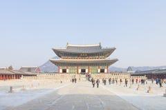 SEOUL SYDKOREA - 17 Januari 2017: Gyeongbokgung slott som är berömd Arkivbild
