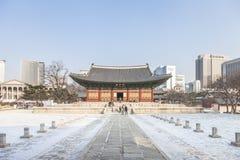 SEOUL SYDKOREA - 17 Januari 2017: Gyeongbokgung slott som är berömd Arkivfoton