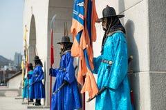 Seoul Sydkorea Januari 13, 2016 iklädda traditionella dräkter från den Gwanghwamun porten av Gyeongbokgung slottvakter Royaltyfri Bild