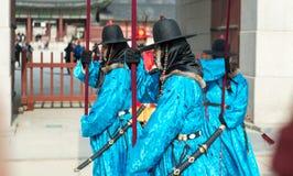 Seoul Sydkorea Januari 13, 2016 iklädda traditionella dräkter från den Gwanghwamun porten av Gyeongbokgung slottvakter Arkivbild