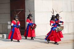 Seoul Sydkorea Januari 13, 2016 iklädda traditionella dräkter från den Gwanghwamun porten av Gyeongbokgung slottvakter Royaltyfri Fotografi