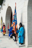 Seoul Sydkorea Januari 13, 2016 iklädda traditionella dräkter från den Gwanghwamun porten av Gyeongbokgung slottvakter Royaltyfri Foto