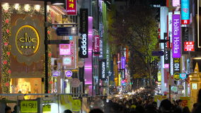 Seoul Sydkorea - Januari 2016: Myeong-Dong shoppingområde arkivfilmer