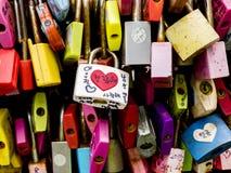 Seoul Sydkorea - Juni 3, 2017: Färgrika förälskelsehänglås, Seoul, Namsan parkerar royaltyfria foton