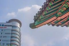 SEOUL/SYDKOREA - JUNI 24, 2013: Traditionell tempel med den moderna skyskrapan i bakgrund - historisk kultur och ekonomisk futur royaltyfri bild