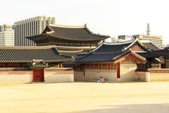 Seoul Sydkorea - Juni 3, 2017: Unga kvinnor i färgrika traditionella kläder - hanbok som besöker den Gyeongbokgung slotten fotografering för bildbyråer