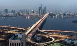 Seoul Sydkorea - ljusa strimmor för Mapo bro Royaltyfria Foton