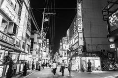 Seoul Sydkorea - Maj 31, 2017: Folk som går ner en gata nära den Cheonggyecheon strömmen i Seoul royaltyfri foto