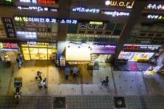 Seoul Sydkorea - Maj 31, 2017: Folk som går ner gatan på natten Seoul uteliv Skott från bron royaltyfria bilder