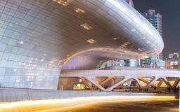 SEOUL SYDKOREA - MARS 29,2015: Dongdaemun designPlaza på N Royaltyfri Foto