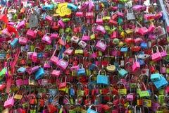 SEOUL SYDKOREA - NOVEMBER 9: Förälskelsehänglås i tornet Locat för N Seoul Arkivfoto