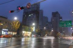 SEOUL SYDKOREA - NOVEMBER 13, 2015: Gangnam huvudsaklig aveny i buna Royaltyfri Fotografi